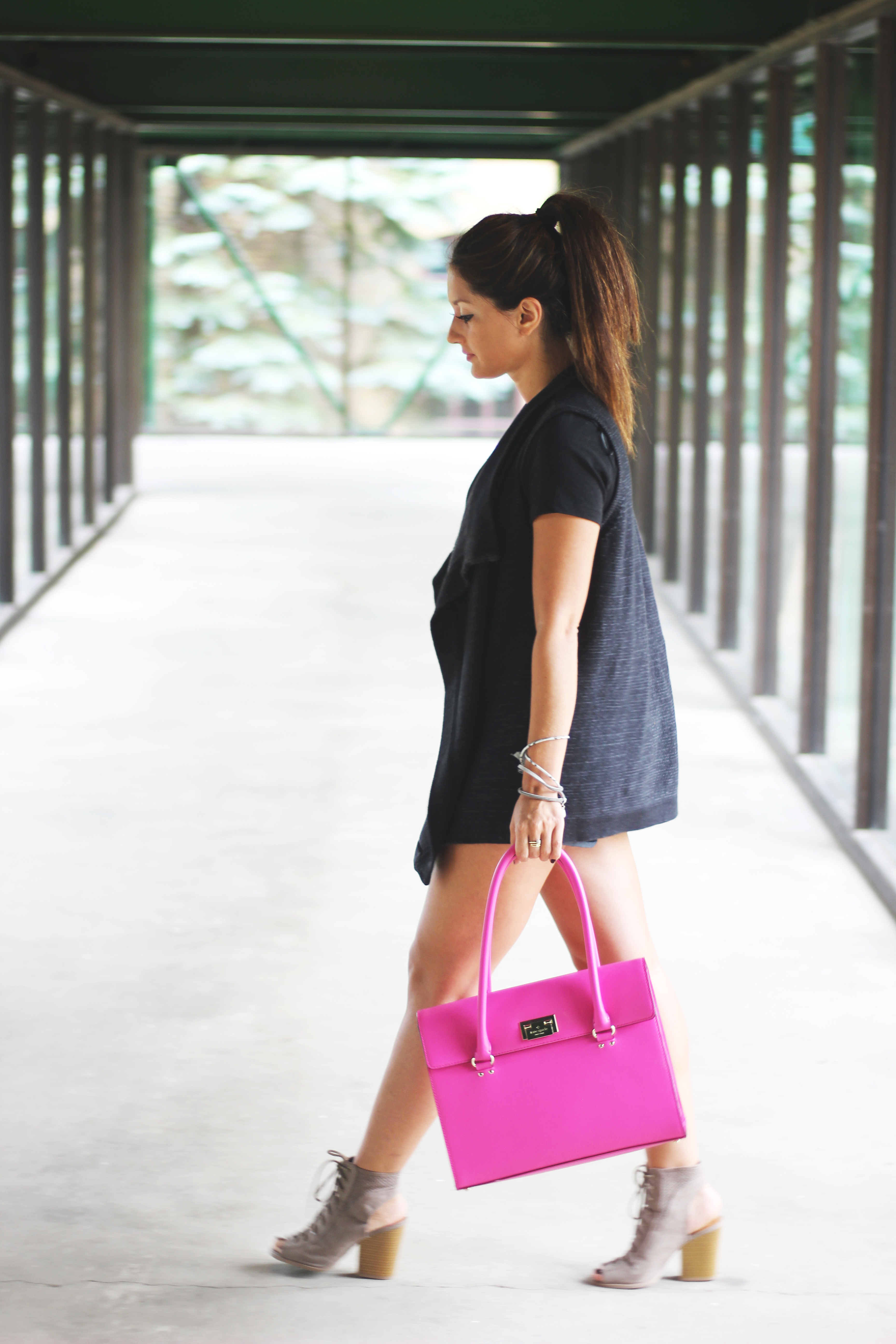 Black summer outfit with pink purse